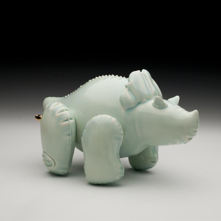 11_brett_kern_inflatable_ceramic_toys_ceramiczne_zabawki_american_design_amerykanskie_wzronictwo